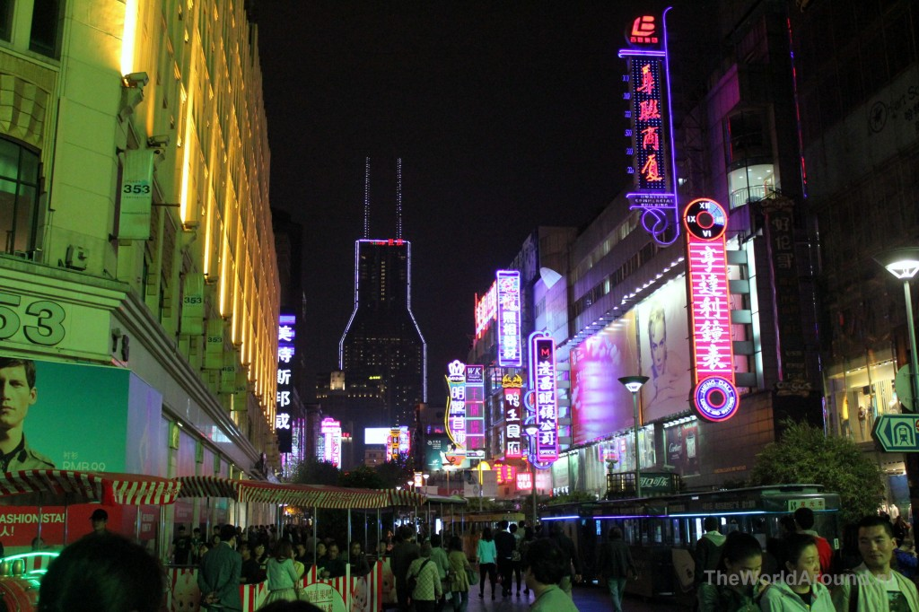 Nanjing East street; shop till you drop in het holst van de nacht.