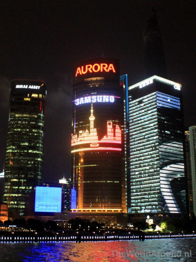 Alleen in Shanghai: eigen skyline projected on its own buildings.
